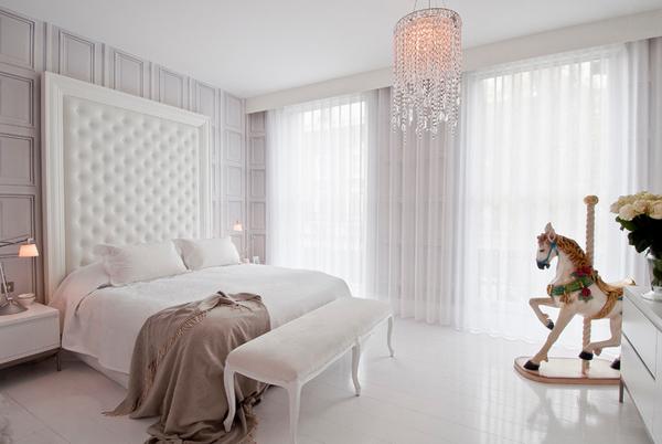 Rèm màu trắng được làm từ vải voan mềm, mỏng, nhẹ nhàng cho phòng ngủ sang trọng