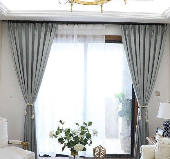 Rèm cửa xám bạc mang cảm giác ấm cúng và có tác dụng che nắng, cản sáng tốt