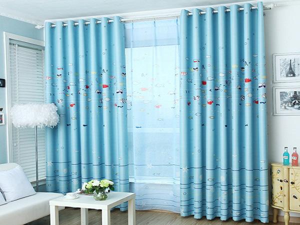 Rèm hai lớp màu xanh ngọc bích tươi mát, tạo cảm giác thông thoáng, rộng rãi cho căn phòng