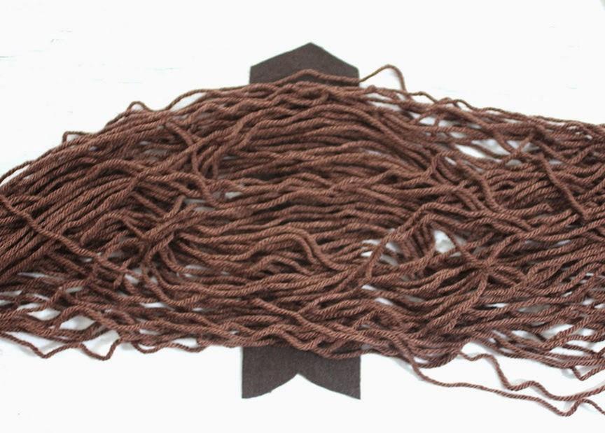 Cắt khoảng 35 sợi len, mỗi sợi dài 150cm
