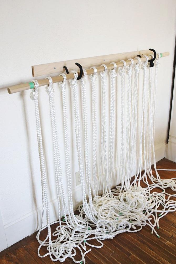 Cột hai sợi len cạnh nhau lại làm một