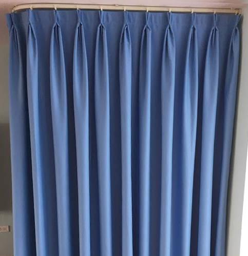 Loại khung này thường được sử dụng để treo rèm quây phòng thay đồ