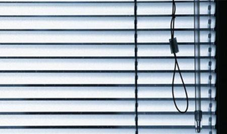 Khi sử dụng chỉ cần kéo dây nhẹ nhàng là rèm sẽ thả xuống hoặc thu lên