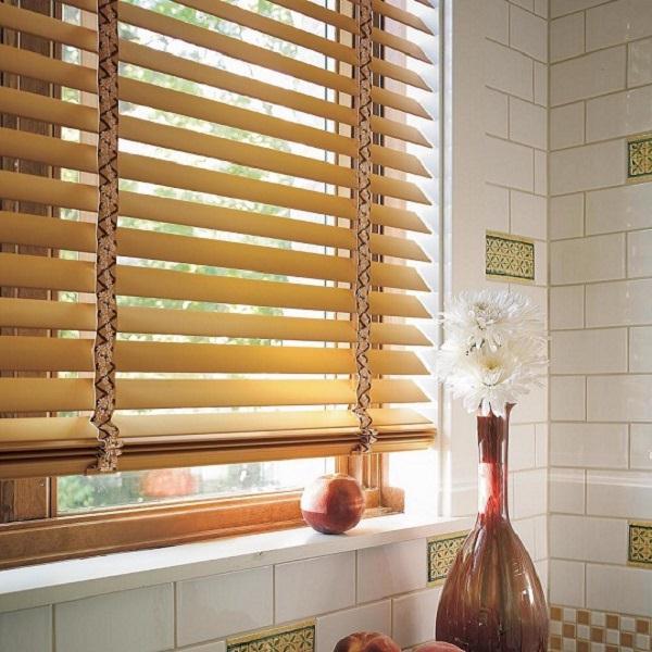 Rèm cửa sổ bằng nhựa đơn giản nhưng vẫn đảm bảo tốt chức năng cản nắng, cản sáng