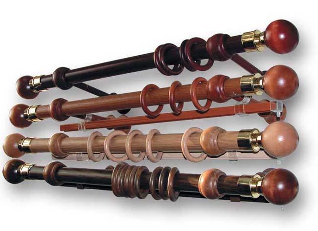Thành treo rèm bằng gỗ có màu sắc đa dạng và kiểu dáng rất cổ điển